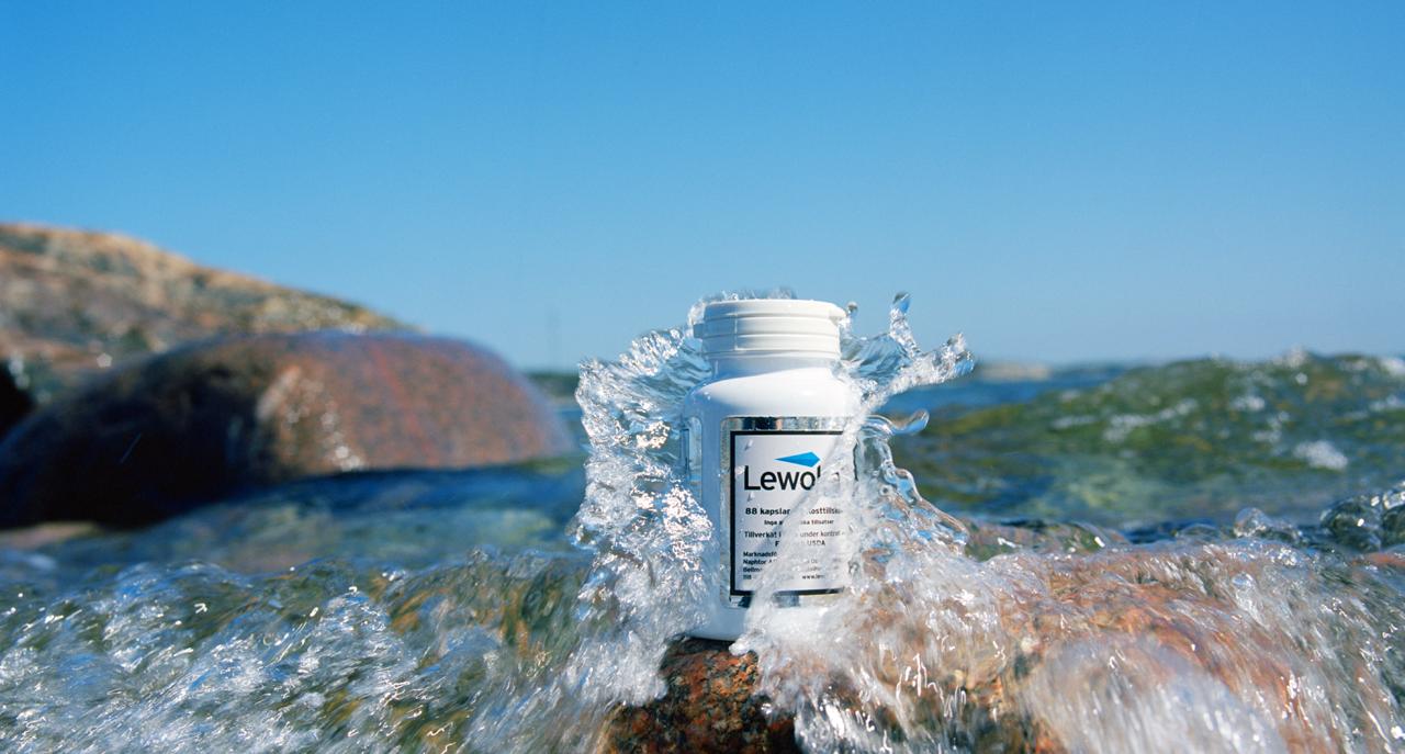 Background picture of a bottle of Leowoka, standing near the sea